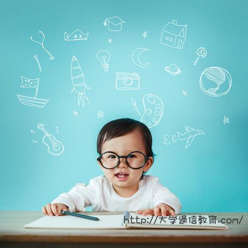 名古屋市の図書館で勉強する男の子