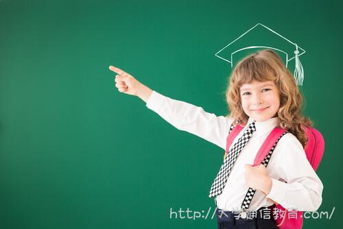 卒業を目指して学校に通う女性