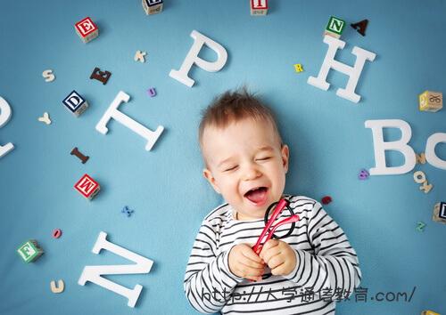 アルファベット文字に囲まれた子ども
