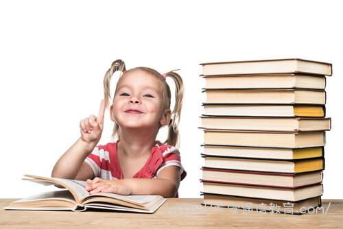 図書館で勉強する小学生女児