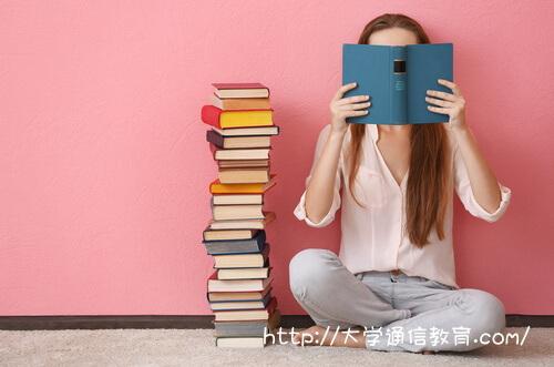 近畿大学通信で勉強する女性