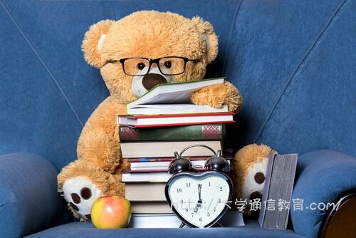 山積みの教科書で図書館司書になるための勉強中です