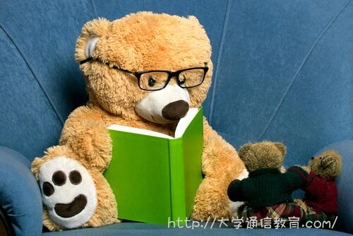 子供に本の読み聞かせをしている図書館司書のお姉さん。