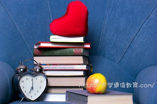 本10冊とハート型の時計