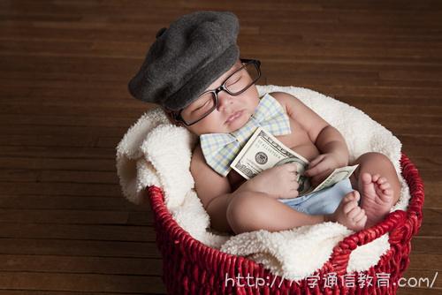 お札を持って眠る赤ちゃん