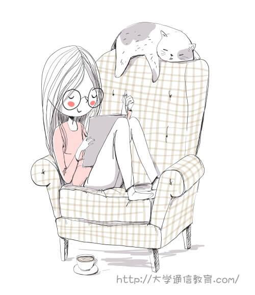 自宅でまったりソファで読書するOL