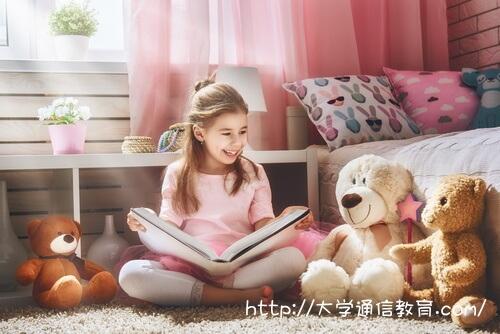 読み聞かせの練習をする女の子。ユーキャンで資格取得の物語。